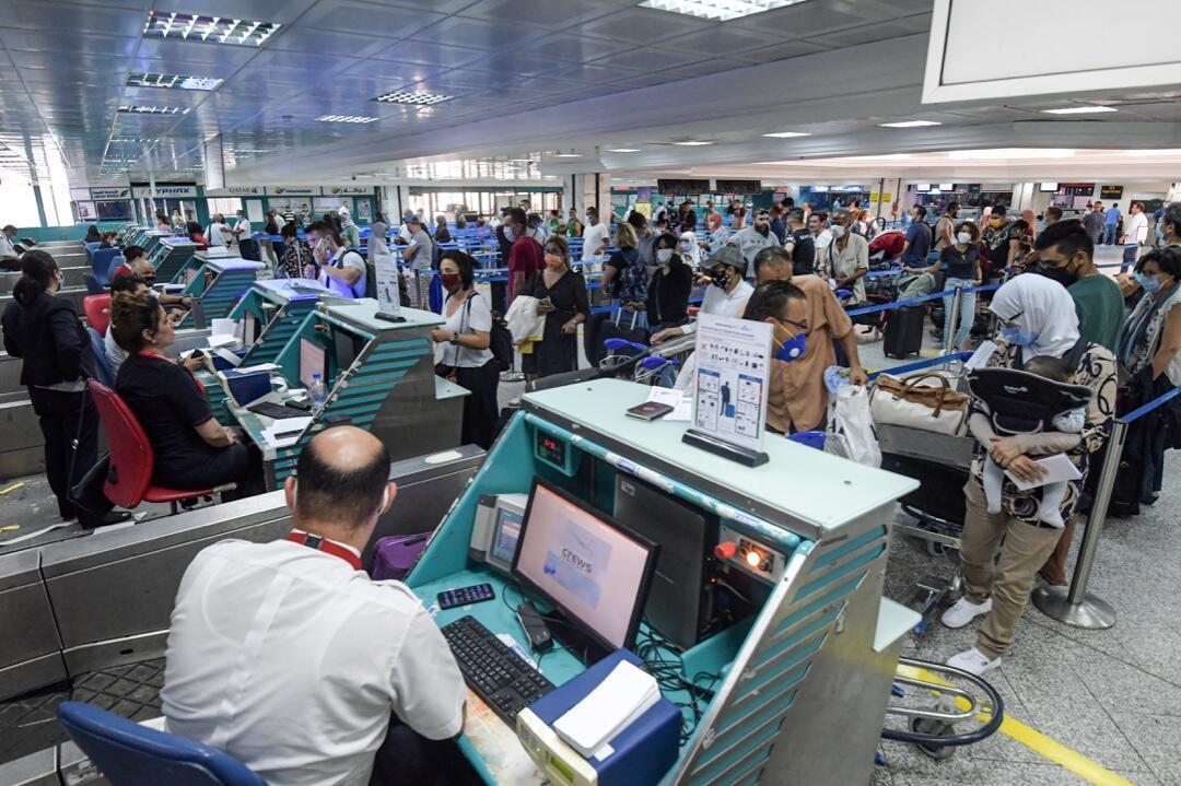 Decenas de pasajeros registran sus equipajes en el Aeropuerto Internacional de Túnez-Cartago el 27 de junio de 2020, cuando el país del norte de África vuelve a abrir sus fronteras tras un cierre de cuatro meses debido a la pandemia.
