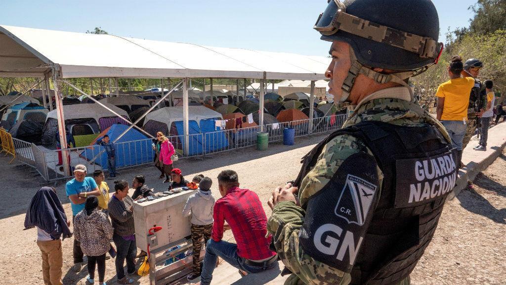 Un miembro de la Guardia Nacional Mexicana observa el campo de refugiados de Matamoros, en Matamoros, Tamaulipas, México, el 27 de febrero de 2020.