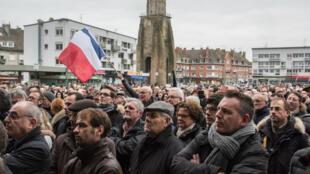 Près de 2 000 personnes ont manifesté dimanche à Calais pour soutenir les emplois dans la ville.