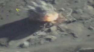 Una imagen fija extraída de un video y publicada por el Ministerio de Defensa de Rusia el 28 de septiembre de 2017, muestra misiles golpeando lo que el ministerio dijo que eran coches de los militantes, en la provincia de Idlib.