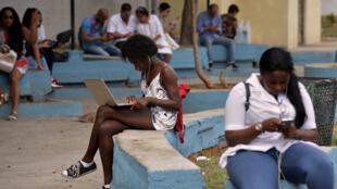 El jefe de estrategia y operaciones de Google en Cuba, Brett Perlmutter, y el Vicepresidente de Etecsa, Luis Adolfo Reyes, firman un acuerdo en La Habana.  28 de marzo de 2019.