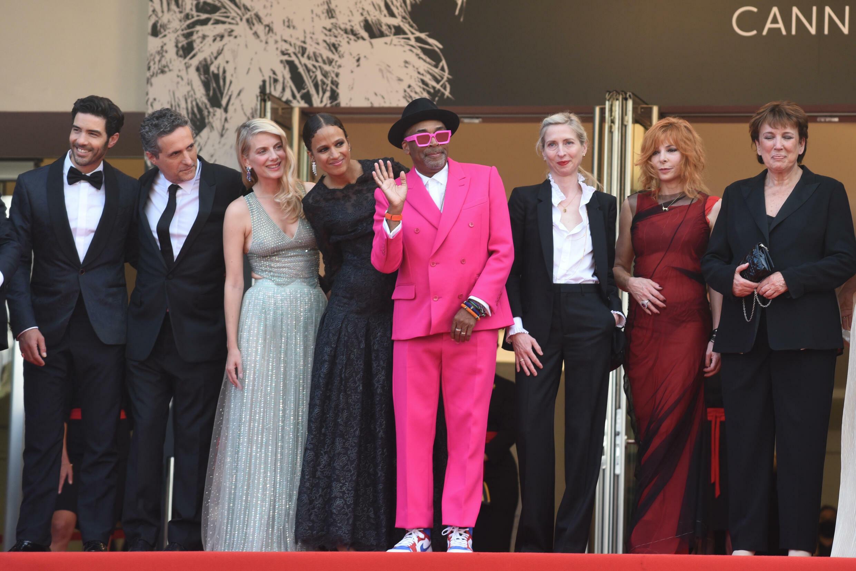 Le réalisateur Spike Lee en haut des marches du Festival de Cannes avec les membres de son jury.