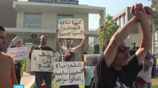 """متظاهرون من أنصار حراك الريف يطالبون بالإفراج عن """"قياديي"""" الحركة الاحتجاجية أمام محكمة الاستئناف بالدار البيضاء - 5 أبريل/نيسان 2019."""