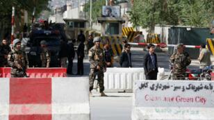 Las fuerzas de seguridad afganas vigilan una zona cercana a las explosiones. 30/4/18