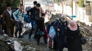 عراقيون يغادرون حي الزهراء في الموصل في 8 كانون الثاني/يناير 2017