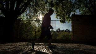 Un hombre hace deporte en la calle en Madrid, en un momento en el que todos los españoles han sido autorizados a salir de sus casas para pasear o hacer ejercicio tras 48 días de estricto confinamiento para frenar la epidemia de coronavirus, el 2 de mayo de 2020