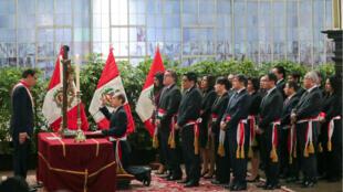 El nuevo ministro de Defensa de Perú, Walter Martos, juró ante el presidente Martin Vizcarra durante una ceremonia en el palacio de Gobierno en Lima, Perú, el 3 de octubre de 2019.
