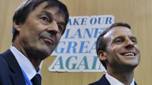 """Nicolas Hulot et Emmanuel Macron, le 15 novembre 2017, lors de la COP23 à Bonn, devant le slogan """"Make Our Planet Great Again"""" lancé par le président français."""