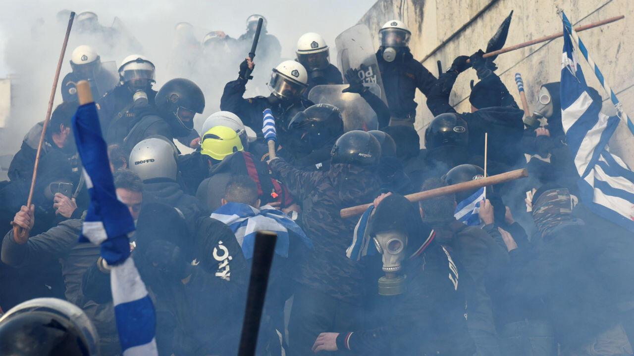 Los manifestantes se enfrentan con agentes de policía durante una manifestación contra el acuerdo alcanzado por Grecia y Macedonia para resolver una disputa sobre el nombre de la exrepública yugoslava en Atenas, Grecia, el 20 de enero de 2019.