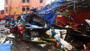 Un résident de Puri, en Inde, tente de se frayer un chemin, le 3 mai 2019, après le passage du cyclone Fani.