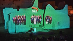 Une photo des dirigeants du G20 est projetée sur un site historique en banlieue de la capitale saoudienne Ryad, le 20 novembre 2020