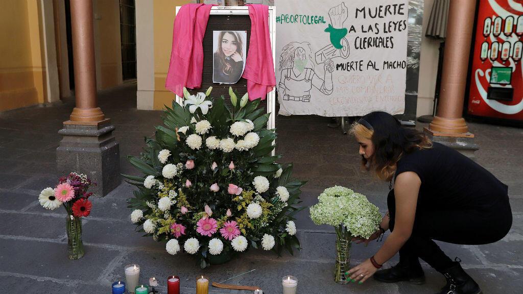 El 12 de febrero de 2020, una mujer rinde homenaje en Puebla, México, a la mujer de 25 años Ingrid Escamilla, asesinada por su pareja.
