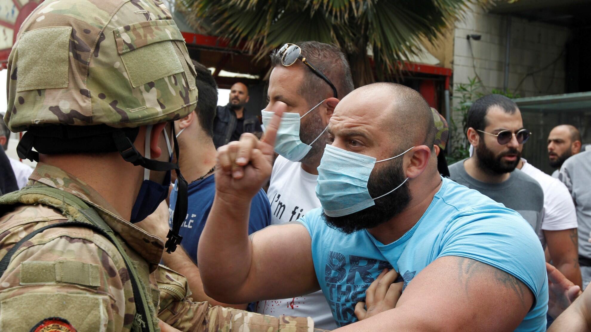 Un manifestante protesta contra un soldado libanés en Zouk, al norte de Beirut, el 27 de abril de 2020