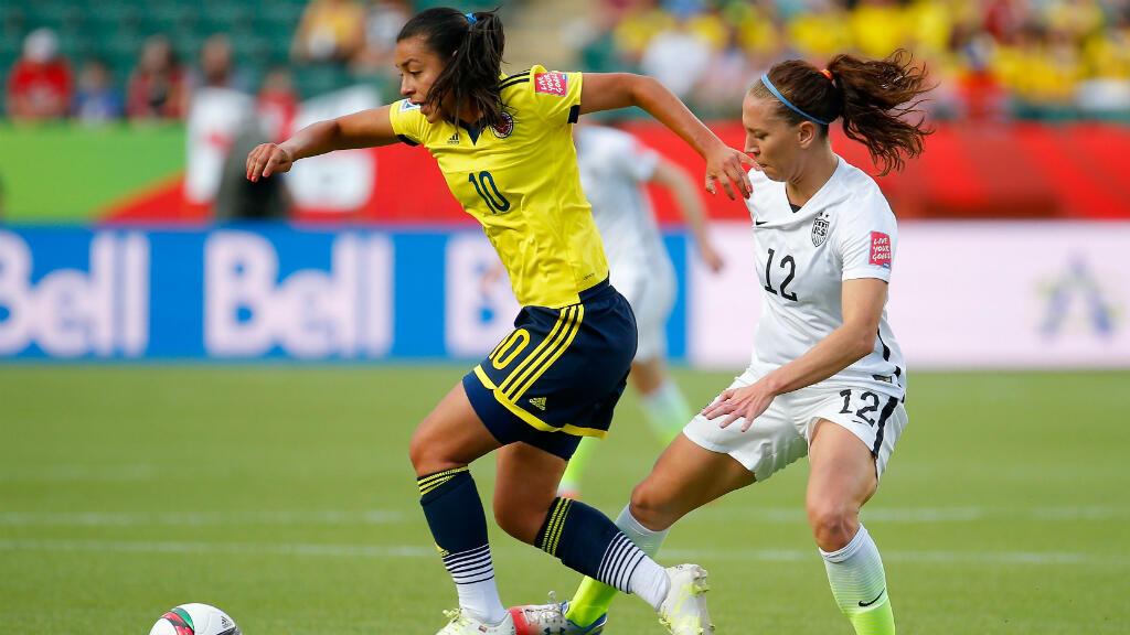 Yoreli Rincon la 10 de Colombia controla el balón contra Lauren Holiday #12 de Estados Unidos en el primer semestre de la Ronda de la Copa Mundial Femenina 2015 de la FIFA en el Commonwealth Stadium el 22 de junio de en Edmonton, Canada.