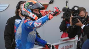 Alex Rins célèbre sa victoire lors du Grand Prix moto d'Aragon, le 18 octobre 2020 à Alcañiz
