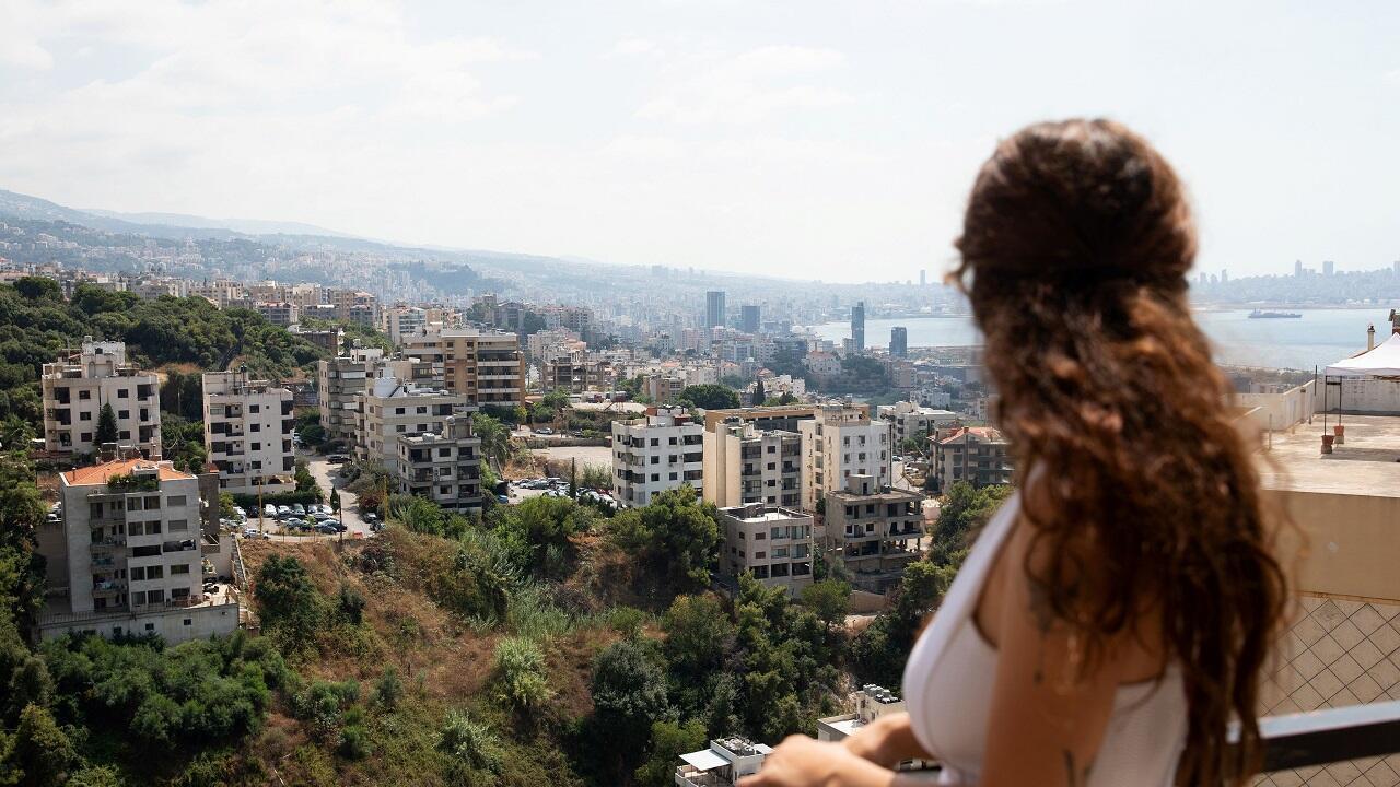 جيس تلحمي 23 عاما ، تقف لالتقاط صورة على شرفة منزلها في بيروت. لبنان في 20 أغسطس ، 2020. تم التقاط الصورة في 20 أغسطس/آب 2020.