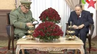 رئيس أركان الجيش الجزائري أحمد قايد صالح مع الرئيس عبد العزيز بوتفليقة في 12 مارس/آذار 2019