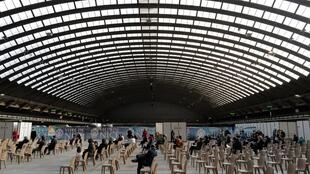 Un centre de vaccination sour le hall d'exposition à Nice, le 9 avril 2021