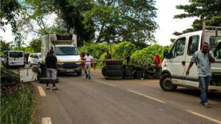 Les derniers barrages sur l'île de Mayotte ont été levés lundi 9 avril. Ici, celui dans le village de Tsararano.