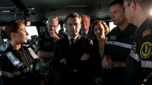 الرئيس الفرنسي إيمانويل على متن حاملة الطائرات شارل ديغول، 14 تشرين الثاني/نوفمبر.