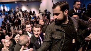 Emmanuel Macron accompagné par Alexandre Benalla lors d'un déplacement au salon de l'Agriculture, à Paris, en mars 2017.