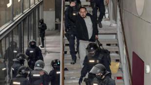 مغني الراب الكاتالوني بابلو هاسل (32 عاما) أثناء اقتياده إلى السجن، بتهمة إهانة العائلة المالكة.
