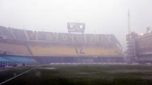 Vista general del estadio la Bombonera, bajo una fuerte lluvia, el sábado 10 de noviembre de 2018, en Buenos Aires, Argentina.