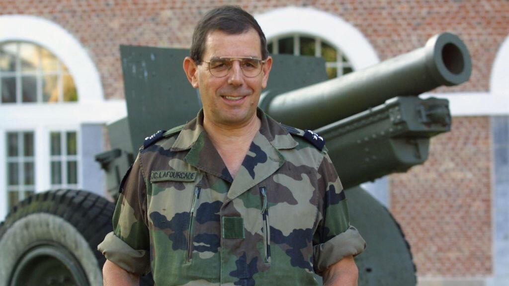 Le général Jean-Claude Lafourcade, posant à Lille devant un canon, le 17 septembre 2001.