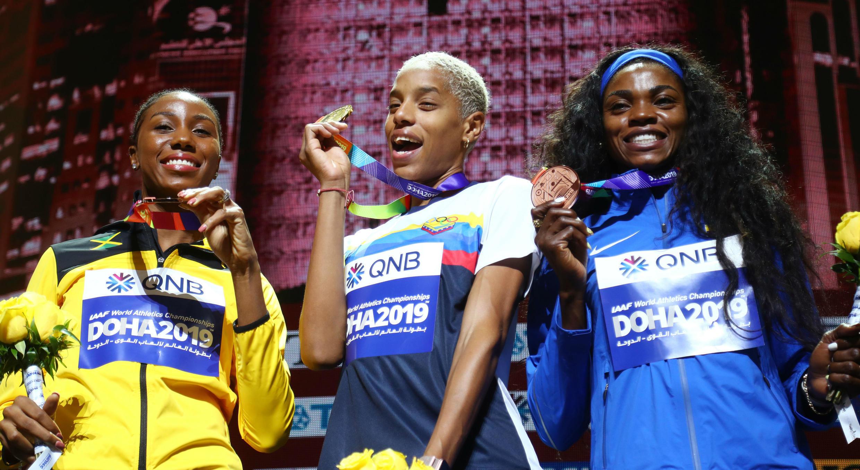 Yulimar Rojas, en el centro, celebra con la medalla de oro en el Mundial de Atletismo de Doha, con la colombiana Caterine Ibargüen, medalla de bronce, a la derecha. 6 de octubre de 2019.
