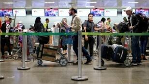 Des docteurs cubains font la queue à l'aéroport de Brasilia, le 22novembre2018.
