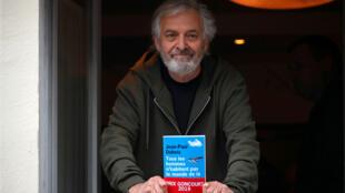El escritor francés Jean-Paul Dubois posa en el restaurante Drouant después de recibir el Premio Goncourt en París, Francia, el 4 de noviembre de 2019.