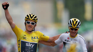 El corredor del equipo Sky Geraint Thomas de Gran Bretaña, vistiendo el maillot amarillo de celebra junto con su compañero de equipo Chris Froome. 29 de julio de 2018.
