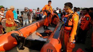 Une équipe de sauvetage s'apprête à partir en mer, lundi 29 octobre 2018, pour tenter de retrouver l'épave de l'avion Lion Air qui s'est abîmé au large de l'Indonésie.