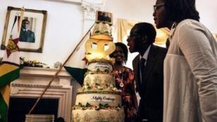 روبرت موغابي يحتفل بعيده مع زوجته غريس (يسار) وابنته بونا في هراري في 22 شباط/فبراير