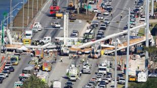 La construcción, que pesaba 950 toneladas de peso y tenía 53 metros de longitud, se desplomó sobre varias líneas vehiculares.