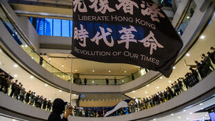 متظاهرون مؤيدون للديموقراطية في مركز تسوق في هونغ كونغ بتاريخ 16 حزيران/يونيو 2020