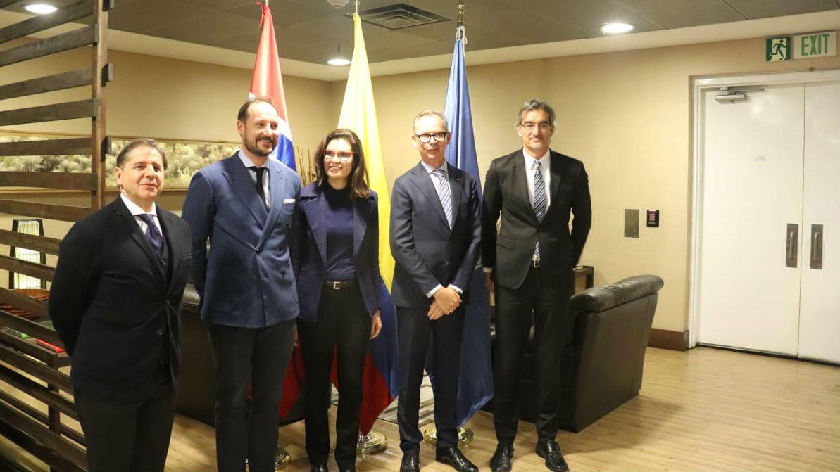 Su majestad el príncipe Haakon Magnus de Noruega (segundo de der a izquierda)  y parte de su delegación de visita en Colombia para reiterar el apoyo de su país para los esfuerzos de estabilización y desarrollo sostenible en esa nación suramericana tras la firma de acuerdo de paz con las Farc