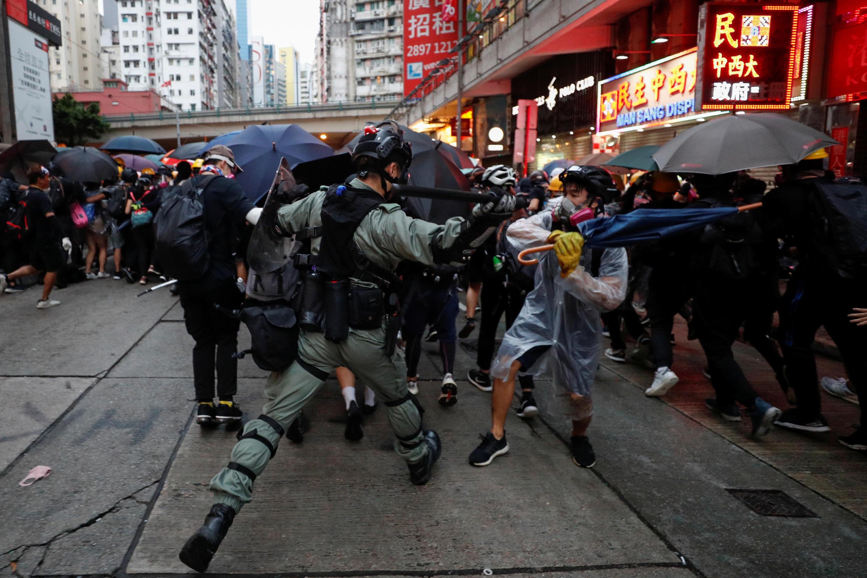 Un oficial antidisturbios se enfrenta a un manifestante durante una manifestación antigubernamental en el centro de Hong Kong, China, el 6 de octubre de 2019.