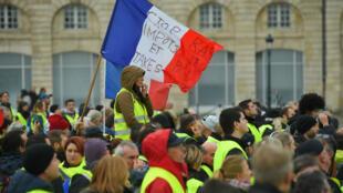 """مظاهرات لـ """"السترات الصفراء"""" في بوردو (جنوب غرب فرنسا) في مطلع ديسمبر 2018"""