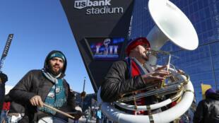 El US Bank Stadium de la ciudad de Minneapolis empieza a recibir fanáticos de Eagles y Patriots de cara al Super Bowl LII