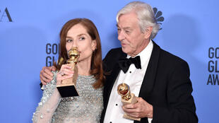 """La Française Isabelle Huppert et le Néerlandais Paul Verhoeven et leurs Golden Globes pour le film """"Elle""""."""
