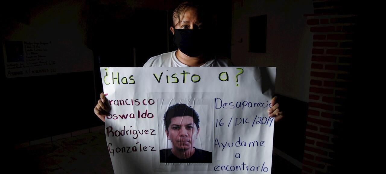 Martha de la Cruz muestra un cartel con la imagen de su esposo desaparecido Francisco Oswaldo Rodríguez, el 19 de junio de 2020, en el municipio de Chapala, en el estado de Jalisco (México).