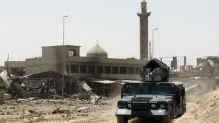 Les forces irakienens postées devant une mosquée de la vieille ville de Mossoul, dimanche 9 juillet 2017.