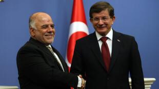 Le Premier ministre irakien Haider al-Abadi et son homologue turc Ahmet Davutoglu à Ankara, le 25 décembre 2014.