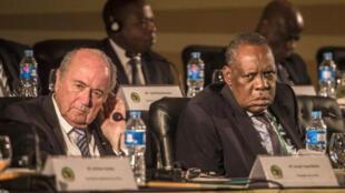 رئيس الاتحاد الأفريقي لكرة القدم عيسى حياتو (يمين) برفقة جوزيف بلاتر رئيس (الفيفا)