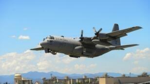 صورة وزّعتها القوات الجوية الأميركية لطائرة هيركوليس سي-130 تقلع من قاعدة يوكوتا الجوية في اليابان أثناء تدريبات في 14 تموز/يوليو 2015.