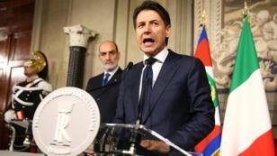 Giuseppe Conte anuncia que renuncia a ser primer ministro mediante un comunicado ante los medios en el Palacio Quirinal en Roma, el 27 de mayo de 2018.