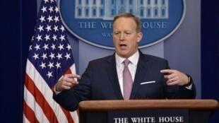 المتحدث باسم البيت الأبيض شون سبايسر خلال المؤتمر الصحافي اليومي في البيت الأبيض في 23 كانون الثاني/يناير 2017