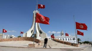 Les drapeaux tunisiens sont en berne en signe de deuil national après le décès du président Béji Caïd Essebsi, jeudi 25 juillet.