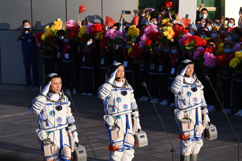 Imagen de archivo de los tres astronautas chinos antes de partir en la misión espacial Shenzhou-12, el 17 de junio de 2021 desde el desierto de Gobi, en el noroeste de China